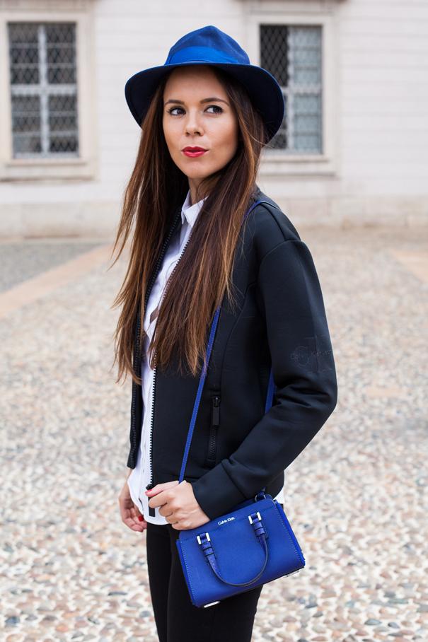 borsa blu calvin klein outfit
