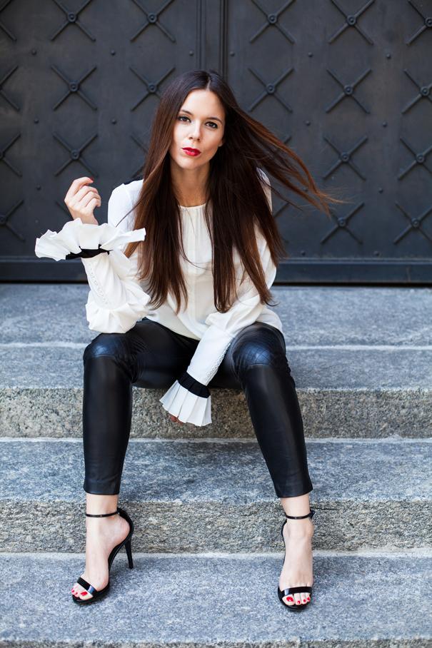 outfit con pantaloni di pelle