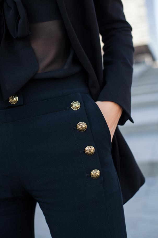 bottoni pantaloni dettaglio