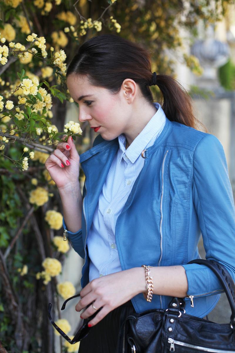 outfit con giacca celeste