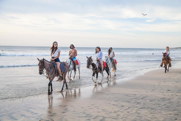 passeggiata a cavallo in spiaggia