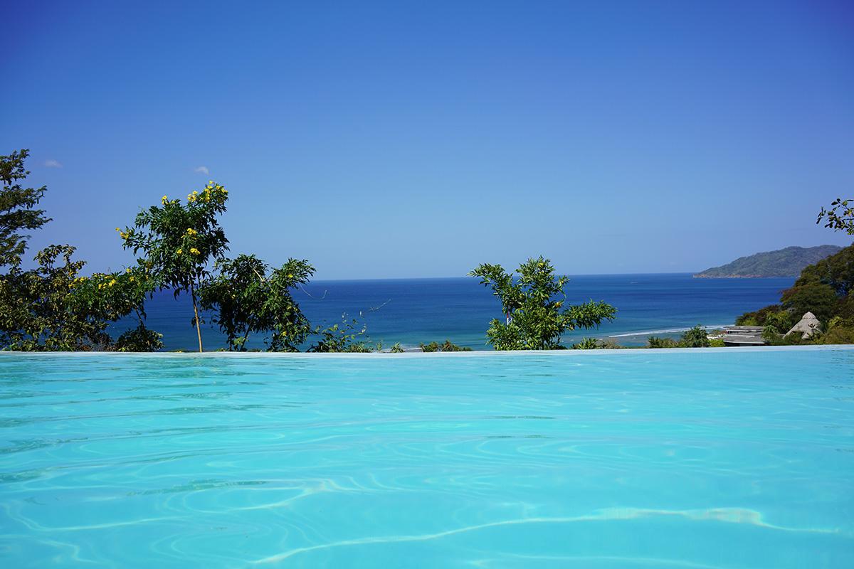 preparati all'estate | piscina sfondo mare