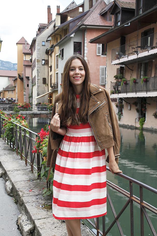 outfit vestito a righe | come indossare un vestito a righe colorate