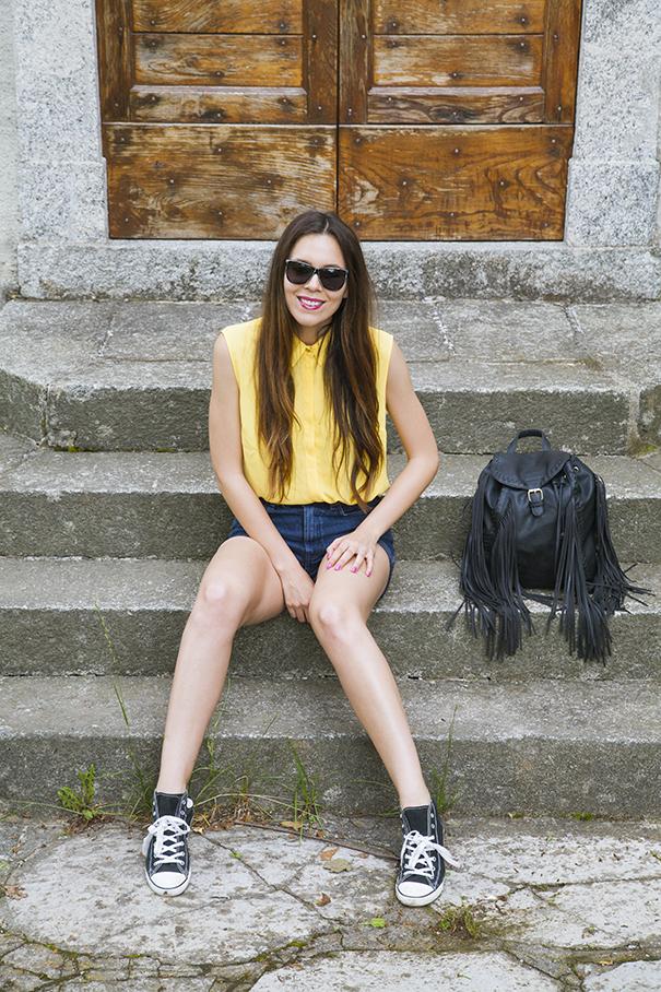Shorts di jeans a vita alta e converse