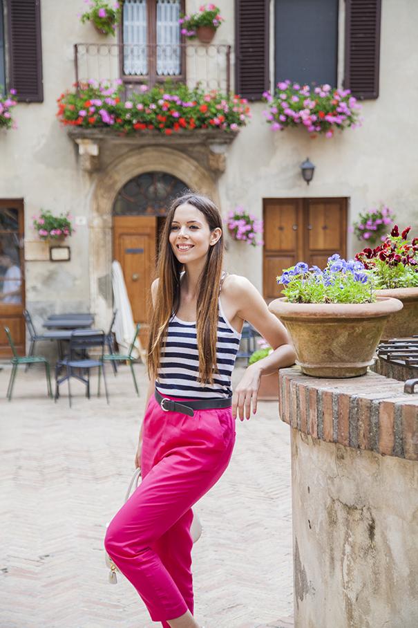 outfit pantaloni fucsia | outfit estivo
