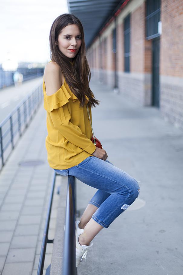 outfit camicia gialla e jeans