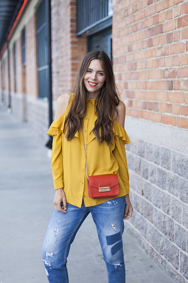 outfit camicia gialla e jeans | gazzelle adidas trend