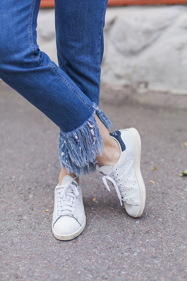 jeans con frangie | adidas bianche