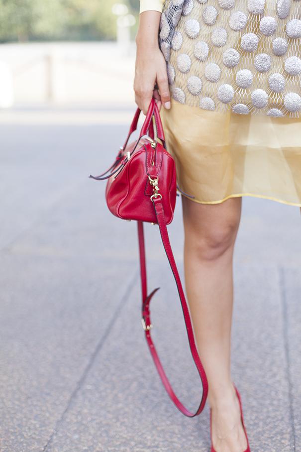 come abbinare borsa rossa | outfit con borsa rossa | look con borsa rossa