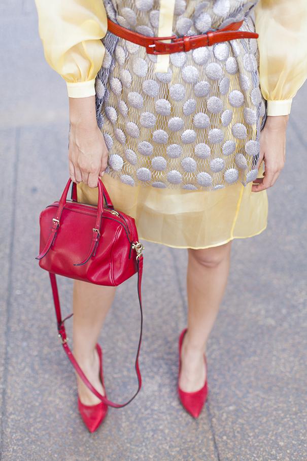look vestito giallo | borsa rossa e scarpe rosse | come indossare le scarpe rosse | come abbinare borsa rossa