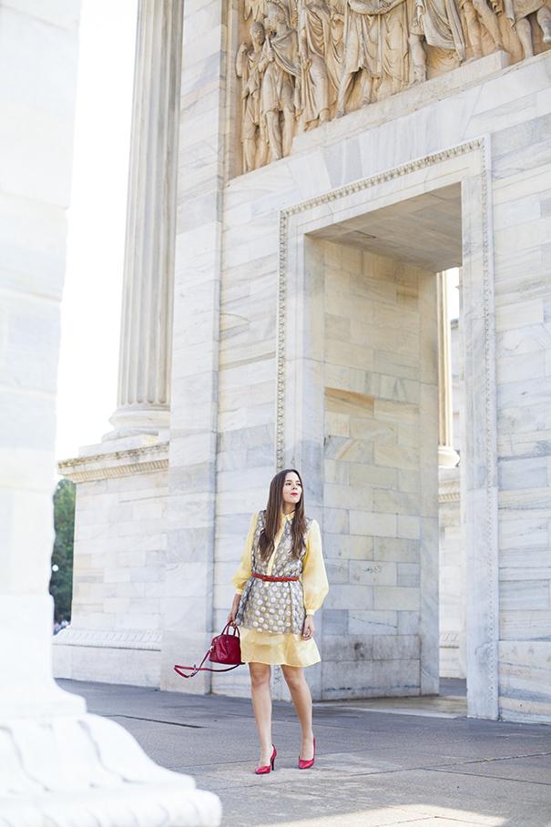 Scarpe rosse e borsa rossa | look vestito giallo