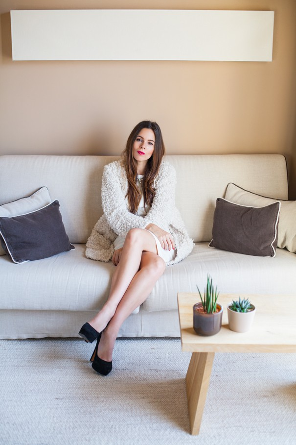 outfit total white con decollete nere