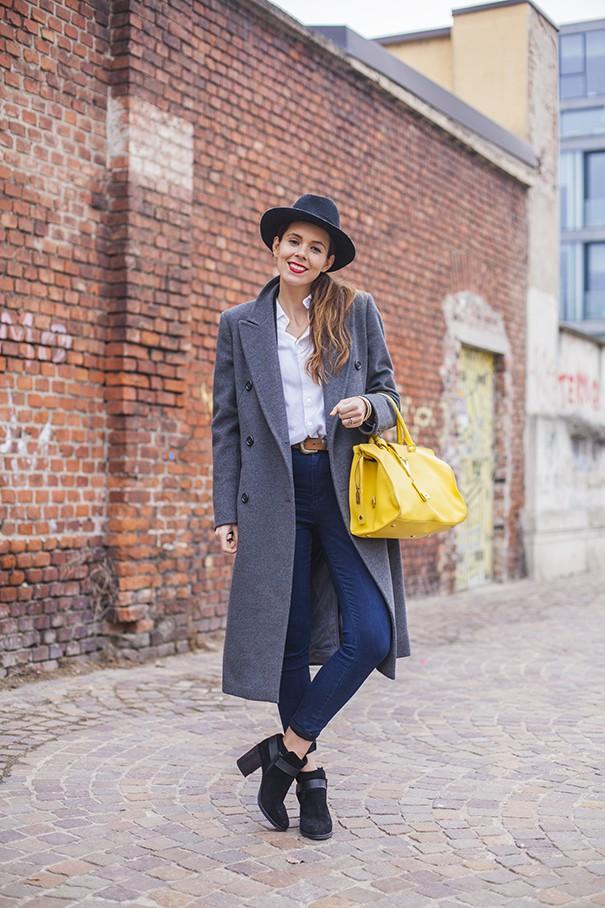 irene colzi fashion blogger outfit casul con cappotto grigio