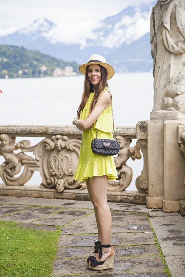 abito giallo e borsa nera outfit vestito giallo