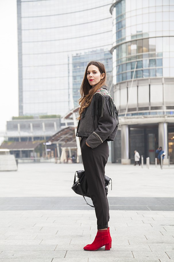 outfit con giacca nera e frange look total black con scarpe rosse