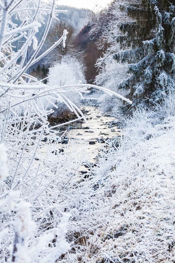 fiume gelato con la neve