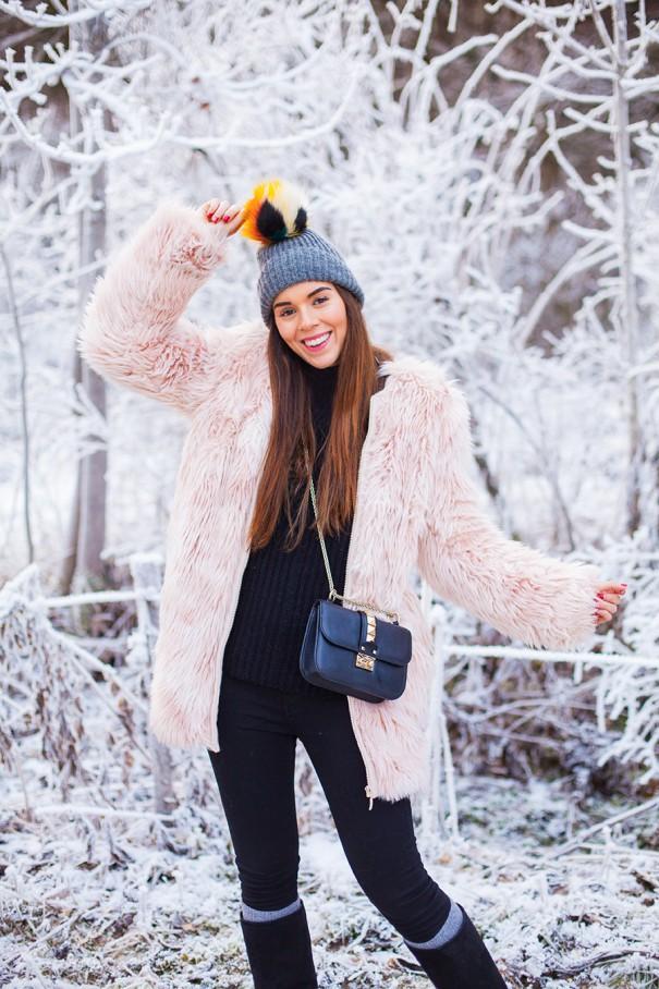 pelliccia rosa outfit , irene colzi, come vestirsi bene per andare sulla neve