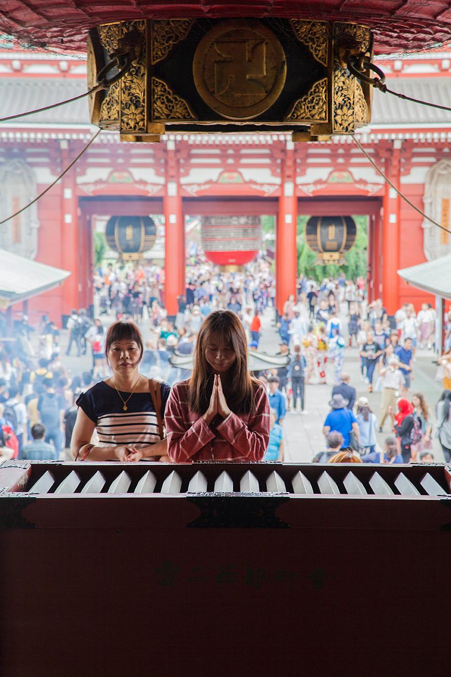 preghiera ad un tempio di tokyo