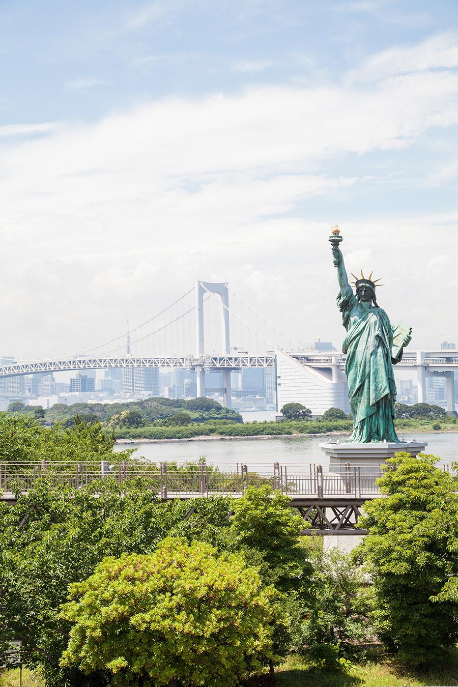 statua libertà in miniatura a tokyo