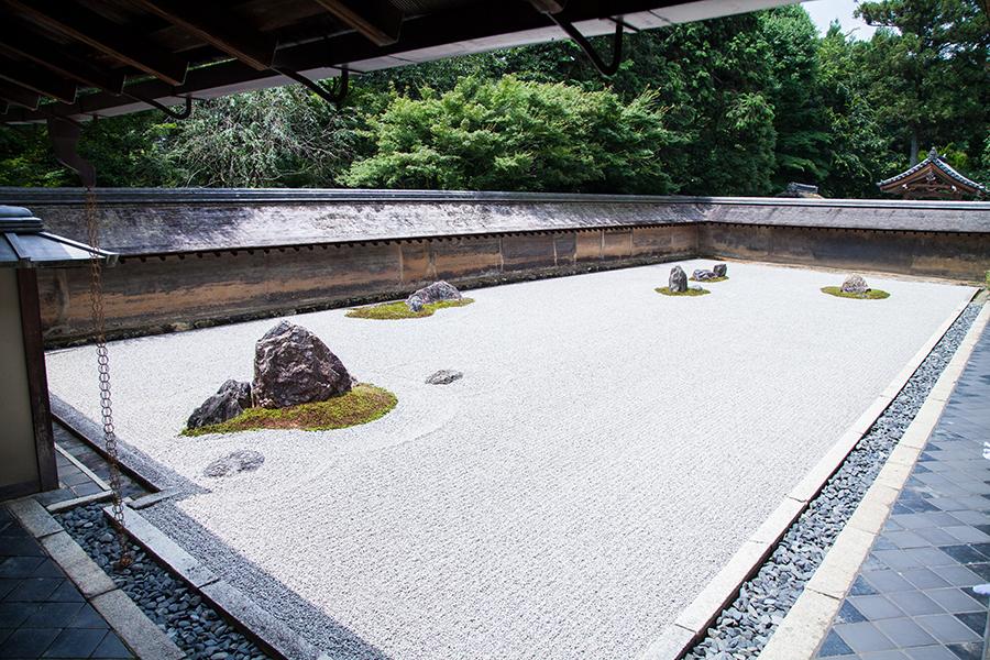 giardino giapponese con ghiaia