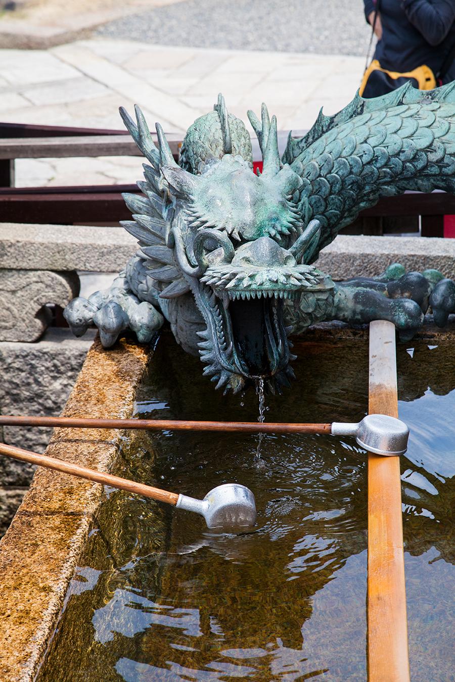 statua drago a kyoto in giappone