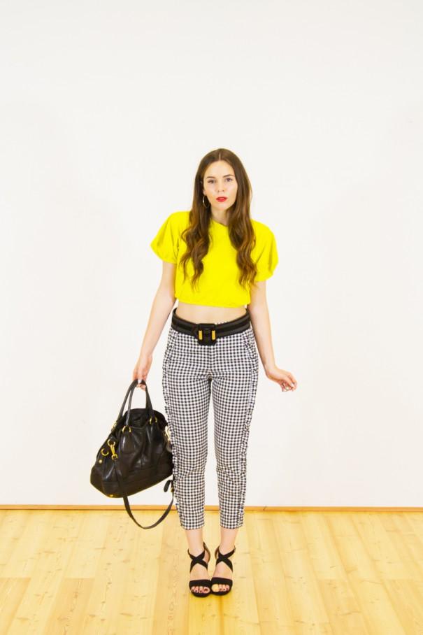 outfit crop top e vita alta
