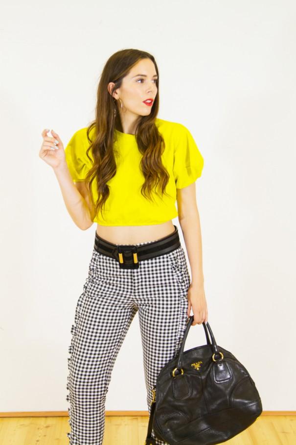 Crop Top e pantaloni a vita alta look