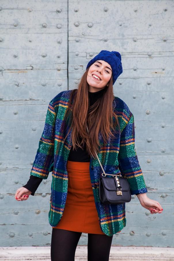 come abbinare il blu e il nero | outfit colorato | cappellino blu