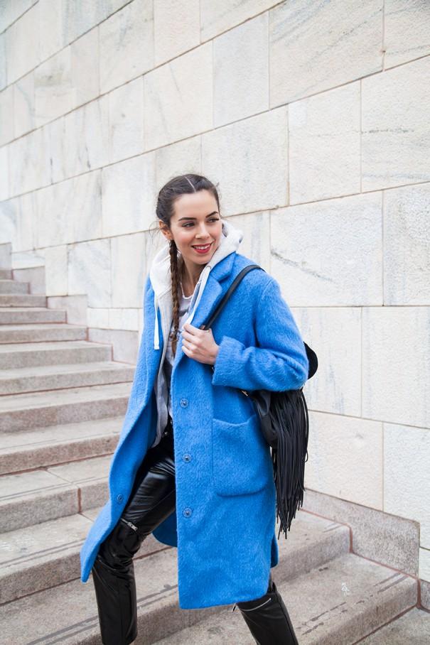 cappotto azzurro come abbinare un cappotto colorato