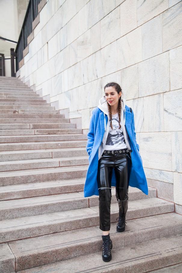 cappotto blu come indossare un cappotto colorato