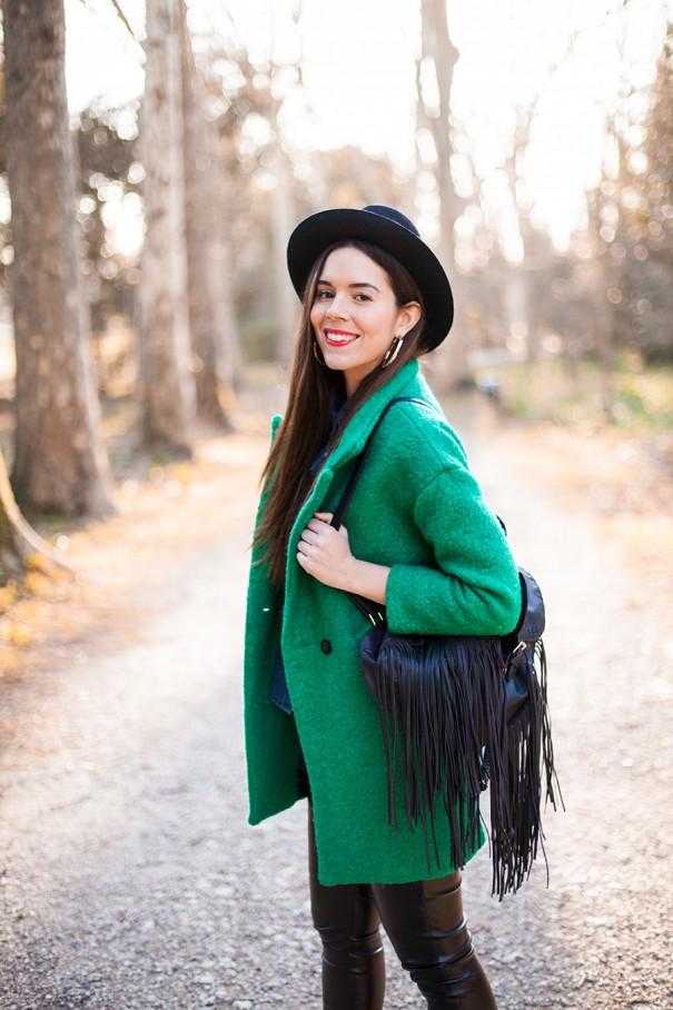 cappotto verde e pantaloni di pelle skinny