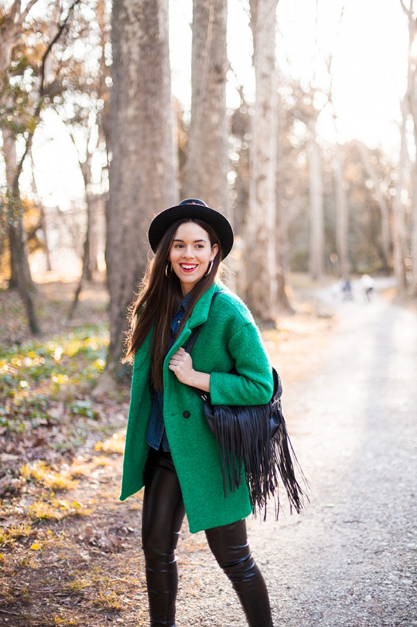 come indossare il cappotto verde in un look casual