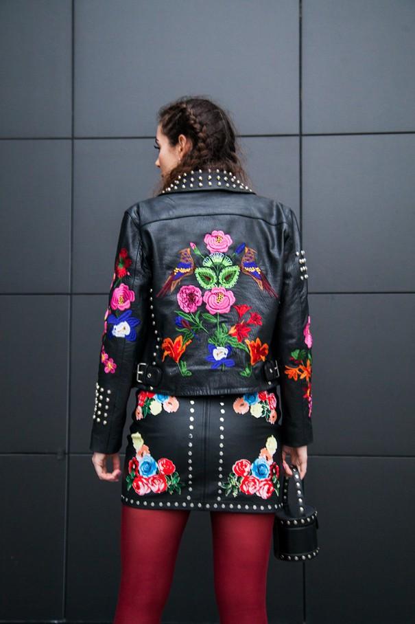 giacca in pelle con fiori ricamati gonna in pelle nera con fiori ricamati