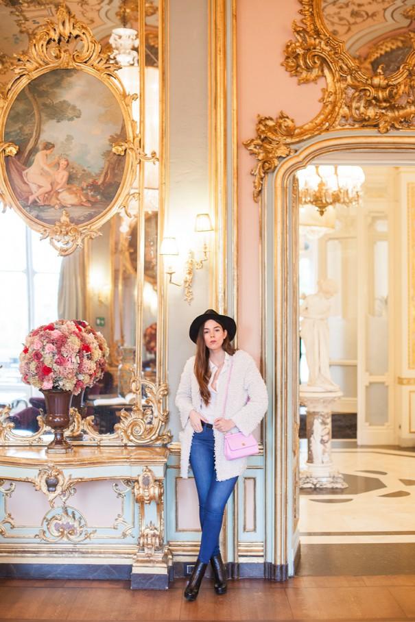 outfit con borsa rosa , come indossare una borsa rosa in un look