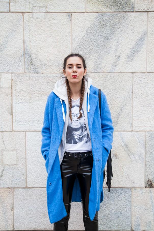 outfit con cappotto colorato cappotto azzurro