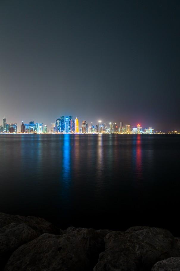 viaggio in qatar doha Corniche skyline di notte