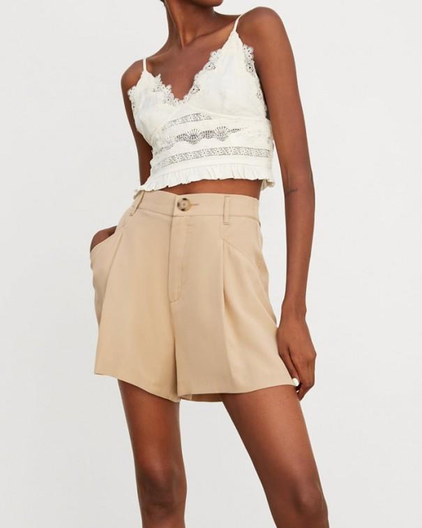 Sì agli shorts ma in versione morbida bermuda beige