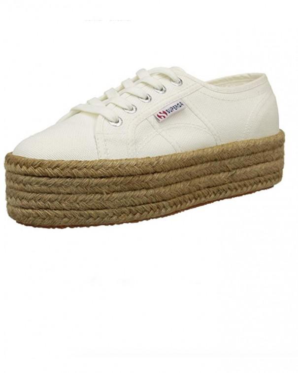 un paio di scarpe con suola in corda superga
